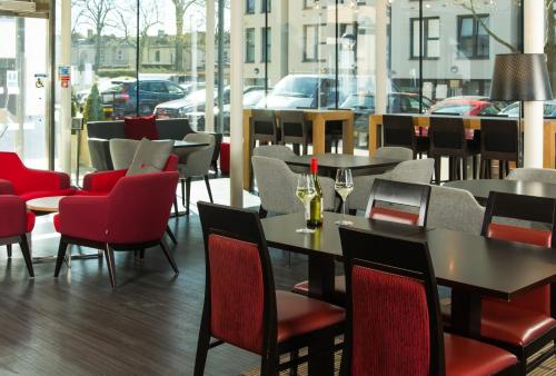 A restaurant or other place to eat at Holiday Inn Express Bath, an IHG Hotel