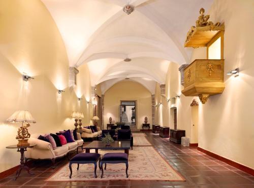 Uma área de estar em Convento do Espinheiro, Historic Hotel & Spa