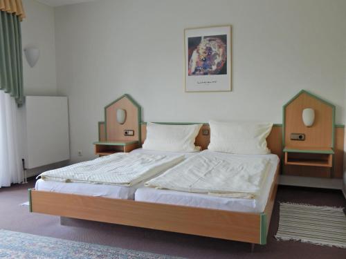 A bed or beds in a room at Hotel garni Am Brunnenplatz
