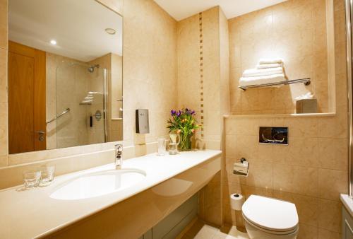 A bathroom at Lanhydrock Hotel & Golf Club