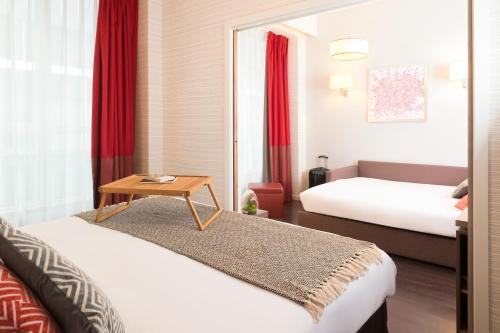 Aparthotel Adagio Brussels Grand Place tesisinde bir odada yatak veya yataklar