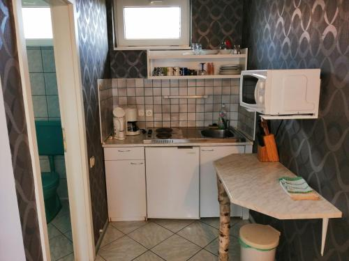 A kitchen or kitchenette at König Haus