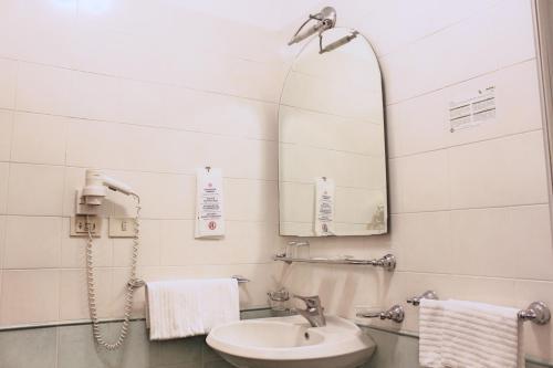 Salle de bains dans l'établissement Orazia Hotel