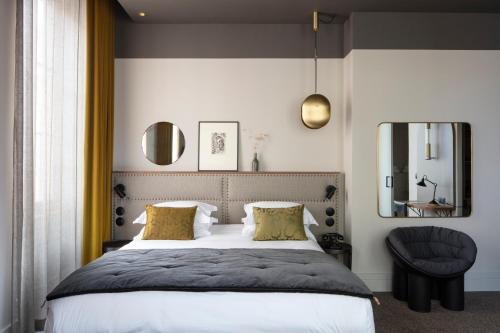 A bed or beds in a room at Hôtel de l'Abbaye
