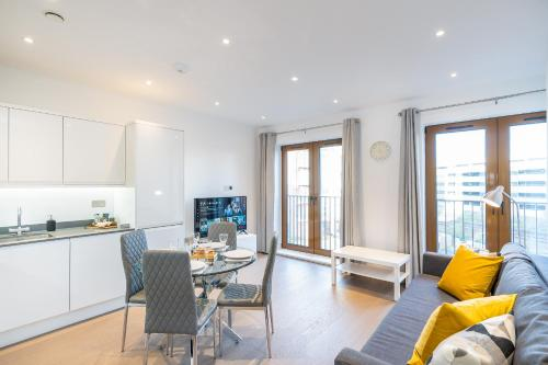 A seating area at St Albans 2 Bed Luxury City Apartment, 5 mins walk to Train & Allocated Parking