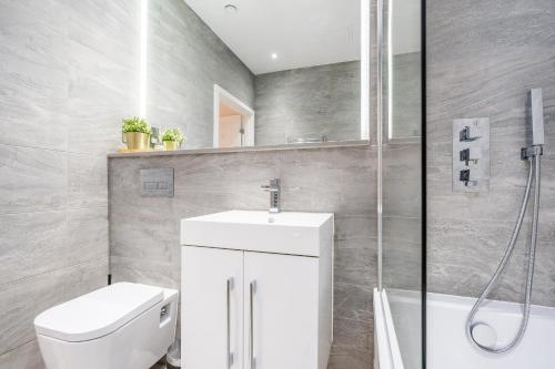 A bathroom at St Albans 2 Bed Luxury City Apartment, 5 mins walk to Train & Allocated Parking