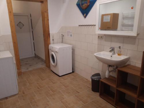A bathroom at erz-HOSTEL