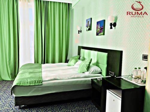 Cama ou camas em um quarto em Ruma Qala Hotel