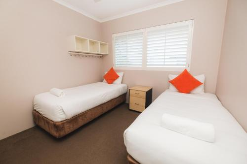 A bed or beds in a room at Sanctuary Lake Apartments