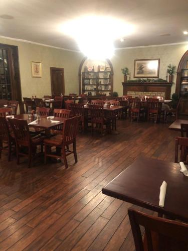 A restaurant or other place to eat at Talbott Tavern and Inn