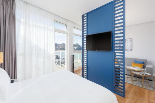 Una televisión o centro de entretenimiento en Hotel Tryp San Sebastián Orly