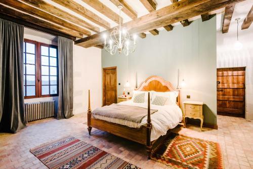 A bed or beds in a room at Manoir de Jouralem