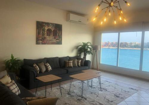 Uma área de estar em Paradise Beach Chalet For Families Only