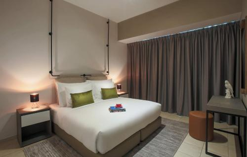 A bed or beds in a room at Dusit Princess Residences Dubai Marina