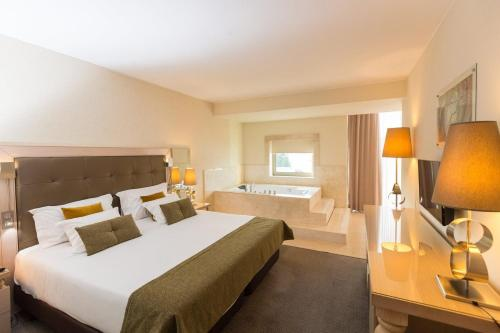 A bed or beds in a room at Hotel Porta do Sol Conference & SPA