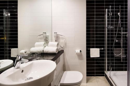 A bathroom at Holiday Inn Express Amsterdam Arena Towers, an IHG Hotel