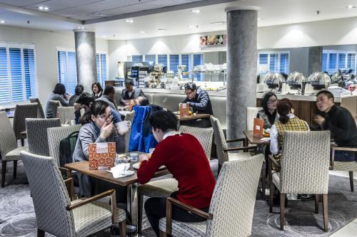 Un restaurante o sitio para comer en Holiday Inn Express Manchester City Centre, an IHG Hotel