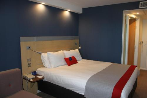 A bed or beds in a room at Holiday Inn Express Cardiff Airport, an IHG Hotel
