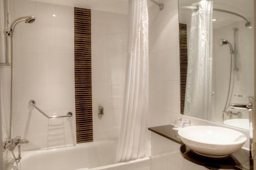 A bathroom at Holiday Inn - Glasgow - City Ctr Theatreland, an IHG Hotel