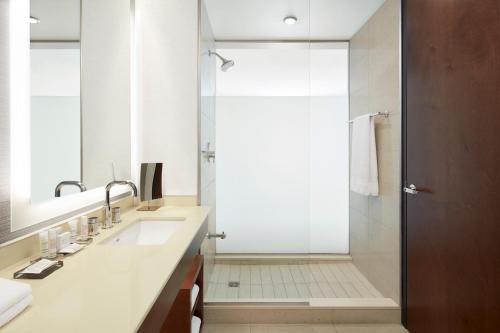 A bathroom at Marriott Montreal Airport In-Terminal Hotel