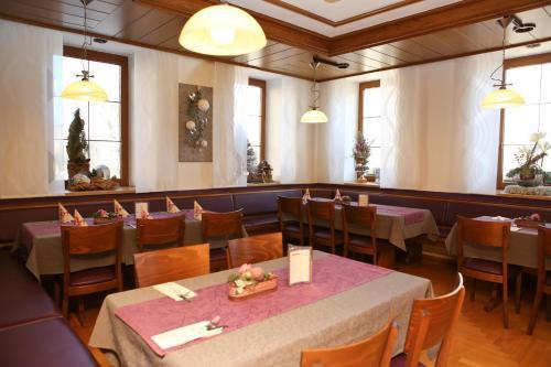 Ein Restaurant oder anderes Speiselokal in der Unterkunft Gasthof Adler Inneringen