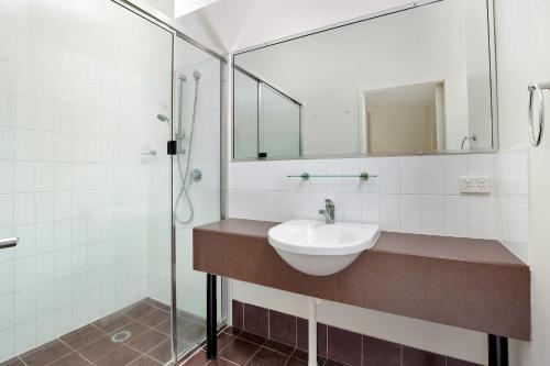 A bathroom at Baden 46 - Rainbow Shores, Walk To Beach, Top Floor, Air conditioned Unit, Pools