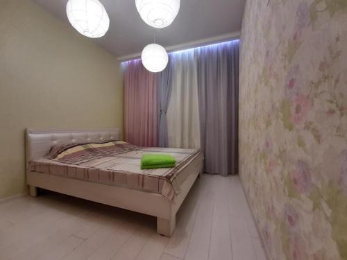 Кровать или кровати в номере Apartments on Vera Zasulich 48