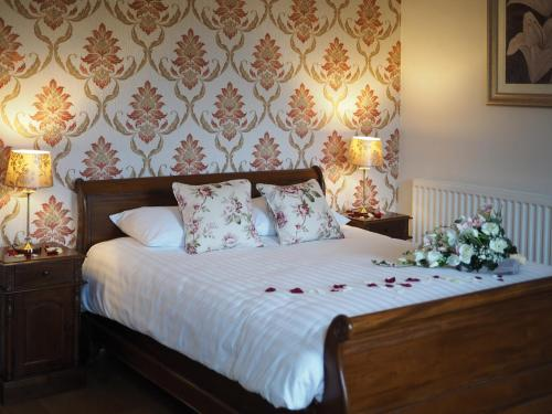 A bed or beds in a room at The Finch Hatton Arms