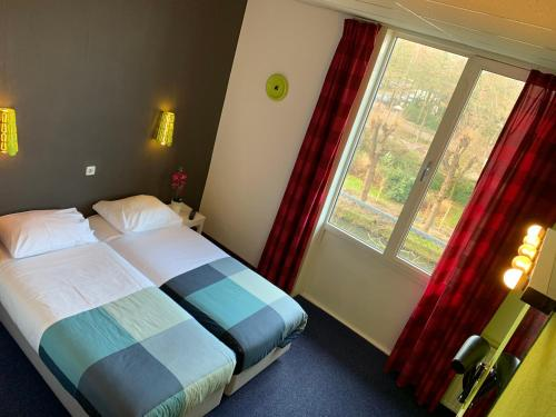 A bed or beds in a room at Hotel Oorsprongpark
