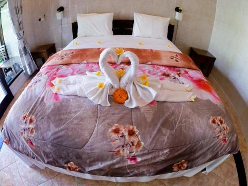 A bed or beds in a room at Seahua Ha Ha Tulamben Dive Resort