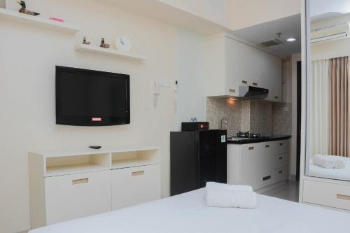 A television and/or entertainment center at Clean Studio Apartment at Grand Dhika City By Travelio