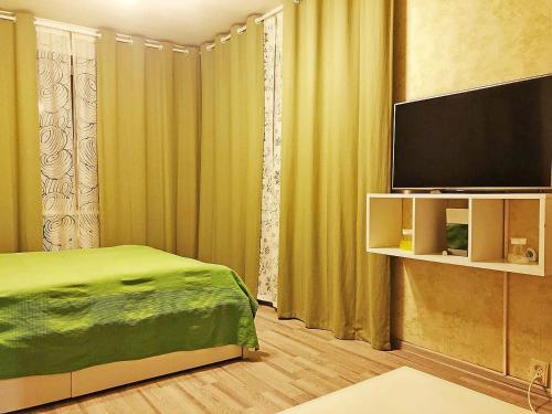 Телевизор и/или развлекательный центр в Apartment Hanaka Federativniy 43