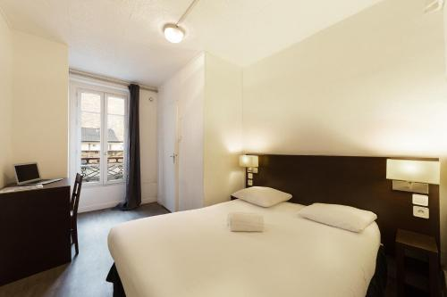 A bed or beds in a room at Untalented Hotel - Villette