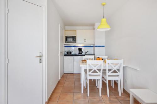 A kitchen or kitchenette at Résidence Pierre & Vacances Les Rivages Du Parc