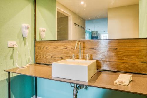 A bathroom at Selina Palermo