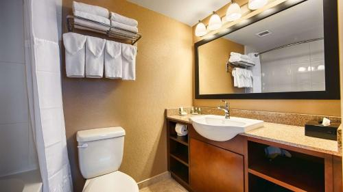 A bathroom at Best Western Plus Suites Downtown Calgary