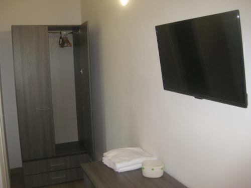 A television and/or entertainment centre at LE TORRI DEL CILENTO
