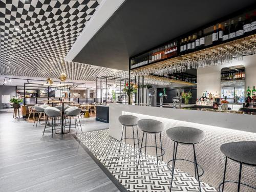 Un restaurante o sitio para comer en Novotel Den Haag City Centre, fully renovated