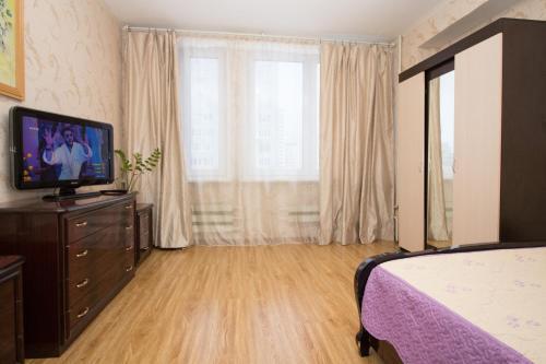 Телевизор и/или развлекательный центр в Apartments on Yarcevskaya