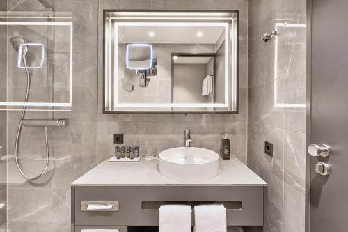 A bathroom at Hyperion Hotel Leipzig