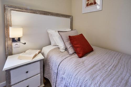 A bed or beds in a room at Les Villas d'Arromanches, Les Collectionneurs