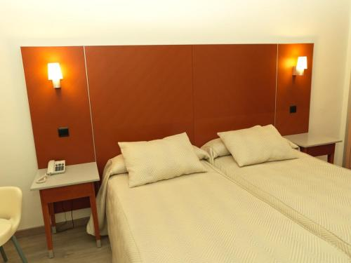 A bed or beds in a room at Hotel Oasis Plaza