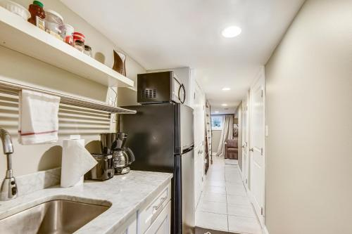 A kitchen or kitchenette at Serene One Bedroom