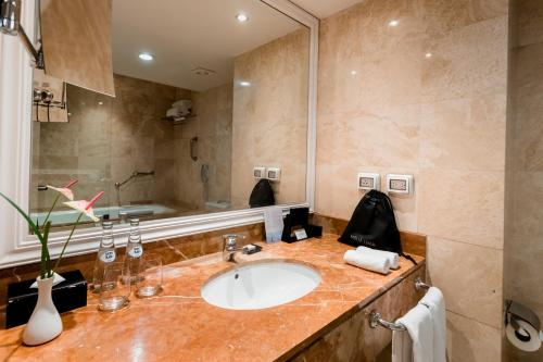 A bathroom at Hotel Melia Lima
