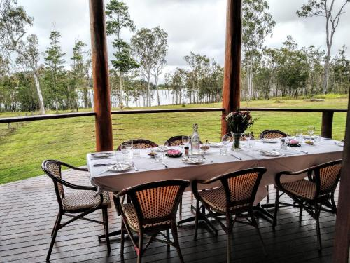 A restaurant or other place to eat at Lake Tinaroo Waterfrontage