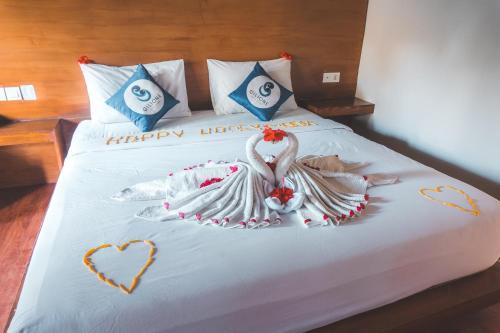 سرير أو أسرّة في غرفة في Gili One Resort