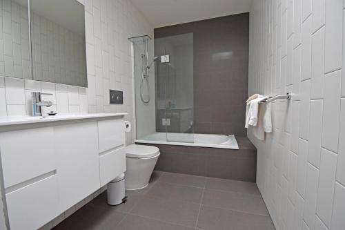 A bathroom at Foreshore McCrae Units