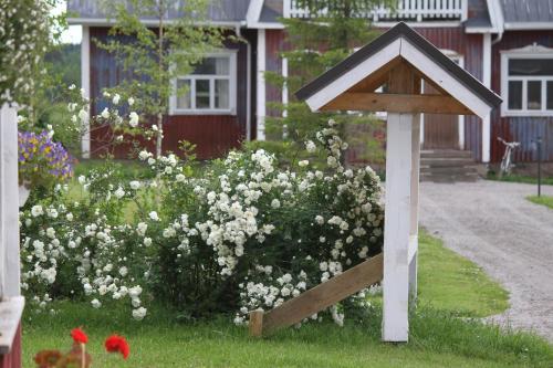 A garden outside Guesthouse Kumpunen