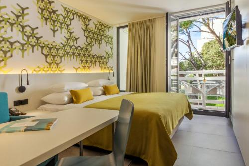 A bed or beds in a room at Bluesun Mala Berulia