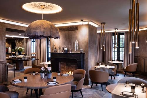 Een restaurant of ander eetgelegenheid bij Hôtel Saint-Delis - La Maison du Peintre - Relais & Châteaux
